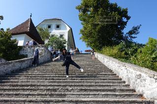 登った先には素敵な教会が。の写真・画像素材[2150290]