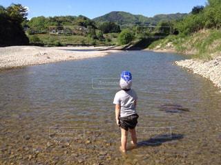 後ろ姿,帽子,川辺,川,山,影,初夏,水遊び,長野,息子,やま,6歳,影時計