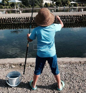 後ろ姿,帽子,夏休み,長野,男の子,息子,8歳,安曇野,魚釣り,編み帽子
