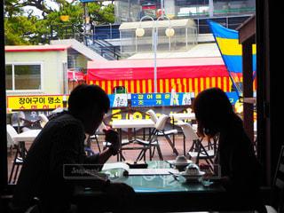 テーブルに座っている人々のグループの写真・画像素材[2301075]