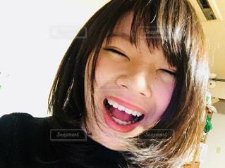 カメラに向かって微笑む少女のクローズアップの写真・画像素材[2301104]