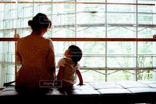 窓の前に立っている人の写真・画像素材[2178828]