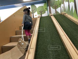 屋内,芝生,階段,後ろ姿,子供,女の子,滑り台,段ボール