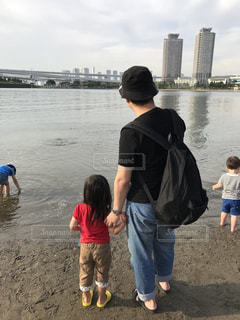 東京お台場の砂浜で二人。の写真・画像素材[2145620]