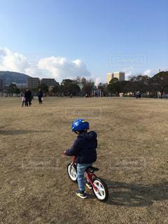 公園,自転車,後ろ姿,子供,人,男の子,挑戦,初めて乗る