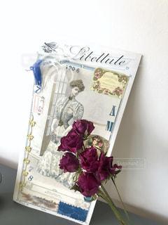 フランスアンティークの仕立て屋さんのサンプルと手作りの薔薇の写真・画像素材[2148539]