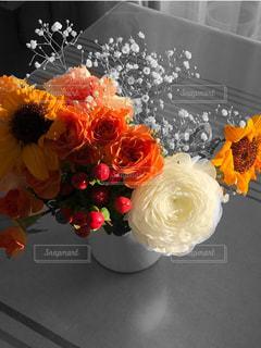 テーブルの上の花の花瓶の写真・画像素材[2170303]