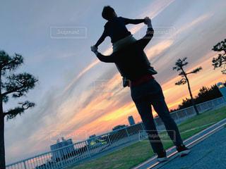 男性,2人,空,公園,屋外,親子,夕方,子供,仲良し,肩車,夕陽,パパ,男の子,思い出,大好き,父,海沿い,ありがとう,大切な人,綺麗な空,愛情,お父さん,父の日,感謝,日没前,気持ち