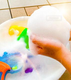 ふわふわ泡遊びの写真・画像素材[2343602]