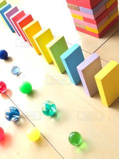 テーブルの上のカラフルなおもちゃの写真・画像素材[2373050]