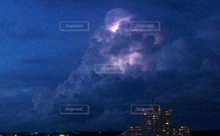 積乱雲と雷の写真・画像素材[2413623]