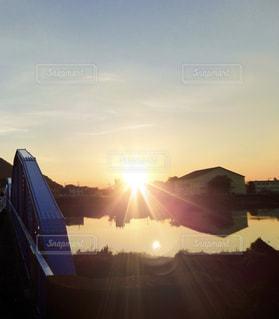 夕日の中での写真・画像素材[2623269]