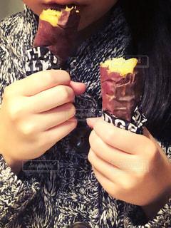 あつあつ焼き芋の写真・画像素材[2673096]