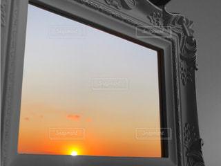 鏡の中の空の写真・画像素材[2700649]