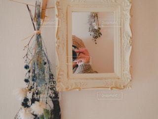 鏡越しのカメラと私の写真・画像素材[2721629]