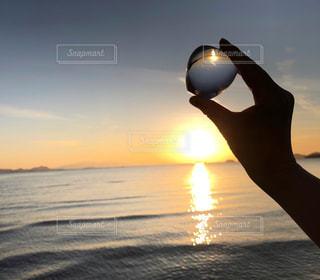 水域に沈む夕日の写真・画像素材[2887250]