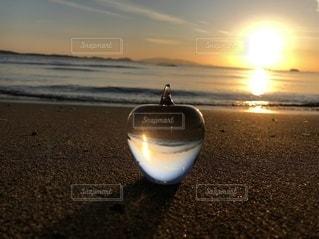 ビーチに沈む夕日の写真・画像素材[3355502]