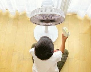 夏,暑い,室内,扇風機,涼しい,人物,男の子,家電,電化製品,節電,爽風,手持ち扇風機