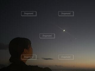 女性,1人,自然,風景,空,夜空,屋外,夕暮れ,夕方,景色,女子,見上げる,美しい,月,人物,人,三日月,グラデーション,無加工,想い,輝き,1番星,月の輝き,月フォト