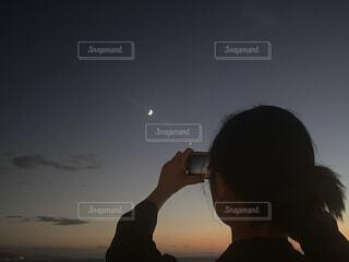 女性,自然,風景,空,夜空,後ろ姿,夕暮れ,夕方,女子,スマホ,撮影,見上げる,月,三日月,グラデーション,月の輝き,月フォト