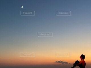 自然,風景,空,夕暮れ,夕方,見上げる,月,三日月,男の子,グラデーション,月フォト