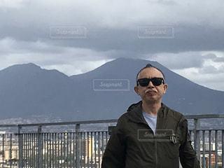 男性,1人,ファッション,自然,風景,空,屋外,サングラス,雲,黒,霧,山,人物,人,立つ,コーディネート,コーデ,ジャケット,ブラック,メガネ,黒コーデ