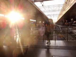 女性,風景,空,太陽,電車,光,人,鉄道,プラットフォーム