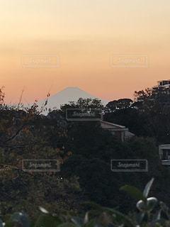 自然,空,富士山,屋外,太陽,夕暮れ,山,光,家,樹木,山腹