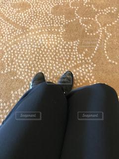 1人,ファッション,靴,黒,茶色,室内,人物,コーディネート,コーデ,絨毯,ブラック,シューズ,冬ファッション,黒コーデ