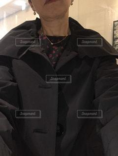 女性,1人,ファッション,屋内,黒,コート,人物,人,ネックレス,服,イヤリング,ポーズ,コーディネート,コーデ,首輪,ブラック,真珠,冬ファッション,黒コーデ,ダイア,身に着ける