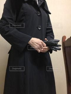 女性,1人,ファッション,黒,コート,手,椅子,人物,人,立つ,手袋,コーディネート,コーデ,首輪,ブラック,冬ファッション,アウター,黒コーデ
