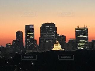 空,建物,屋外,太陽,夕焼け,夕暮れ,光,タワー,都会,高層ビル,街中,ダウンタウン,クラウド,都市の景観