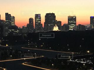 風景,空,建物,夜,屋外,太陽,夕暮れ,ライト,光,都会,高層ビル,明るい,ダウンタウン,都市の景観