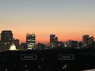 空,建物,富士山,ビル,屋外,太陽,夕焼け,夕暮れ,光,都会,高層ビル,明るい,ダウンタウン,都市の景観