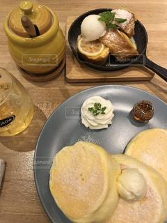 テーブルの上の食べ物の皿の写真・画像素材[2288531]