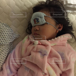ベッドの上に座っている赤ちゃんの写真・画像素材[1621577]