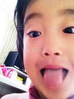 カメラを見ている子供のクローズアップの写真・画像素材[2270118]