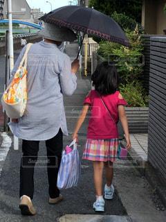 仲良し日傘の写真・画像素材[2221541]