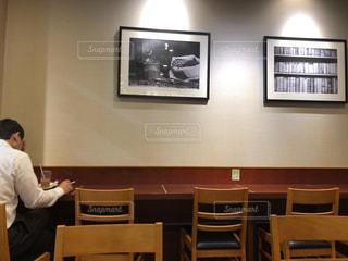 部屋の机に座っている男の写真・画像素材[2232257]