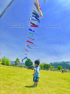 空,公園,春,緑,草原,青空,青,後ろ姿,山,草,人物,背中,鯉のぼり,人,男の子