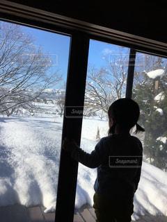 後ろ姿,部屋,女の子,家の中,人物,背中,人,後姿,朝,2歳,雪の日
