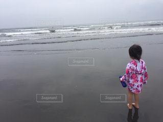 海,夏,屋外,後ろ姿,波,海辺,子供,少女,人物,背中,人,浜辺,後姿,幼児