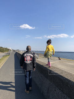 家族,海,空,屋外,ビーチ,後ろ姿,散歩,海岸,仲良し,人物,背中,人,後姿,孫,日中,履物,おじぃちゃん