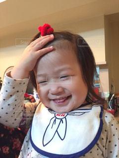 あちゃーな姿がかわいい小さな女の子の写真・画像素材[2294788]