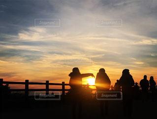 自然,海,空,夕日,屋外,後ろ姿,夕暮れ,人物,背中,逆光,人,後姿,ドライブ