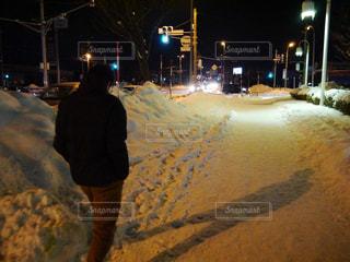 男性,冬,夜,雪,後ろ姿,人物,背中,人,後姿