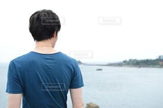 男性,海,青,後ろ姿,人物,背中,人,後姿,半袖,沿岸