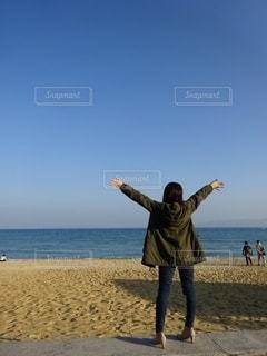 浜辺に立っている人の写真・画像素材[2548454]