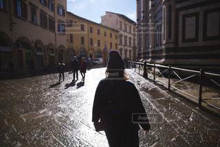 女性,屋外,後ろ姿,歩く,後姿,朝,イタリア,雨上がり,フィレンツェ