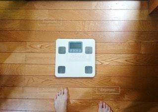 ドキドキな体重測定の写真・画像素材[2321250]
